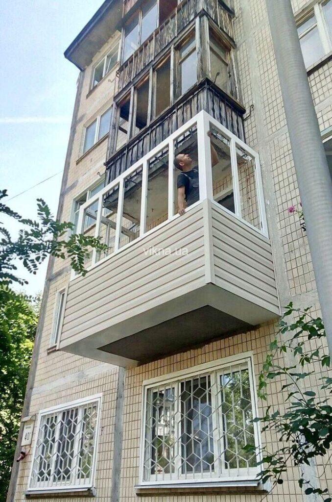 балкон с выносом и окнами brokelman